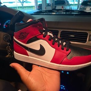 Jordan 1mid Chicago black toe